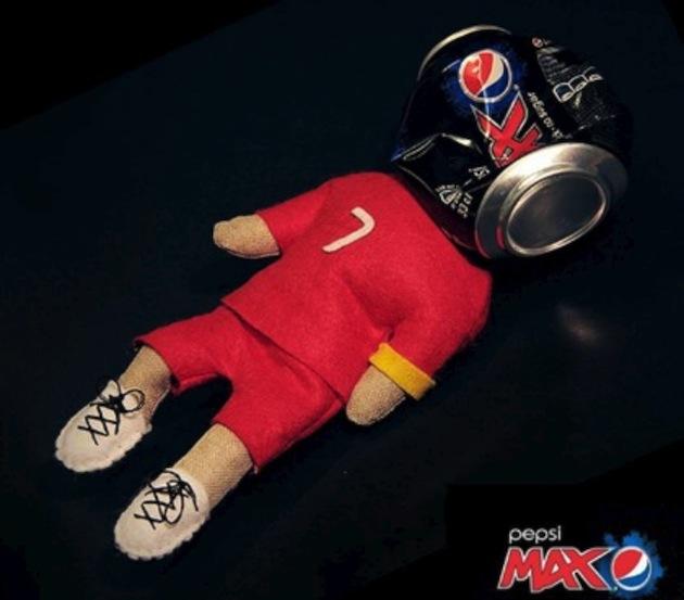 Роналду убрал спонсорскую кока-колу на пресс-конференции. Он жестко против сахара – даже не рекламирует его