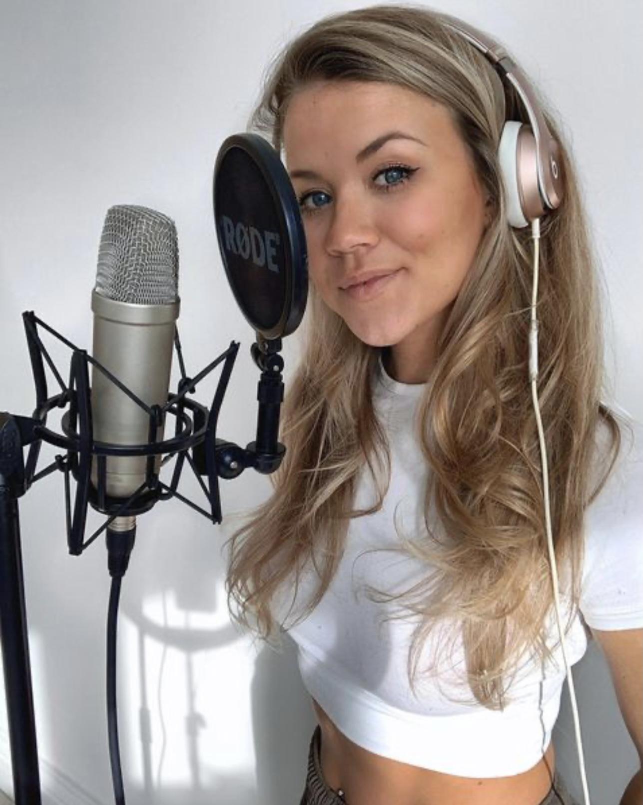 Холли Ширер — британская  певица и младшая дочь легенды «Ньюкасла» Алана Ширера