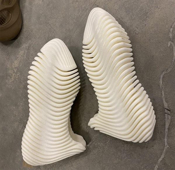 Канье запускает новые кроссовки с игроком НБА Роузом. Они похожи на скелет рыбы и уже стали мемом