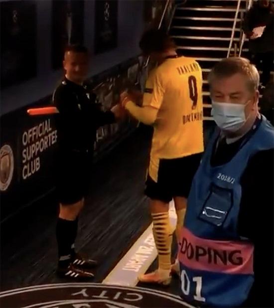 Лайнсмен после матча догнал Холанда и попросил автограф. Гвардиола сказал, что никогда такого не видел, но он не против