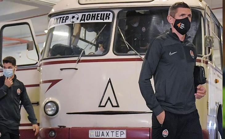 Донецкий «Шахтер» приехал на матч на ретро-автобусе в честь 85-летия клуба. Кажется, идею подсмотрели у команды из нашего Д2 (но это не точно)